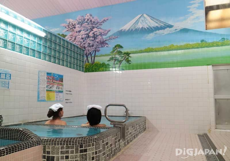 Why Japanese put towels on their heads in the sento or onsen