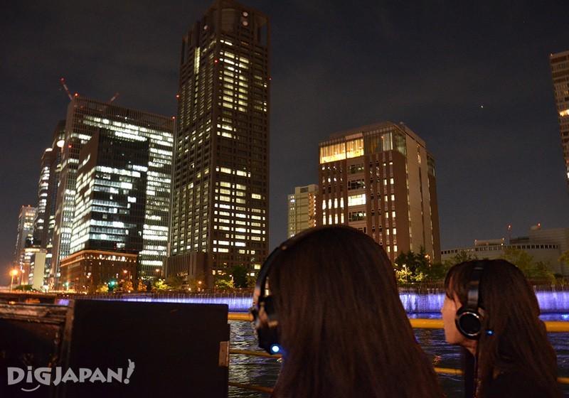 欣賞點燈後的橋樑以及建築夜景與耳機音響效果的共演