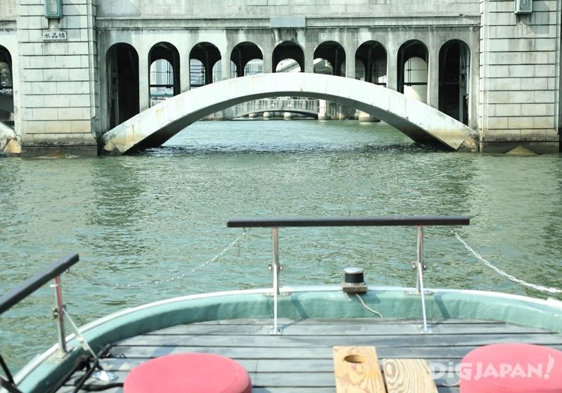 可以從正面觀賞復古的橋樑