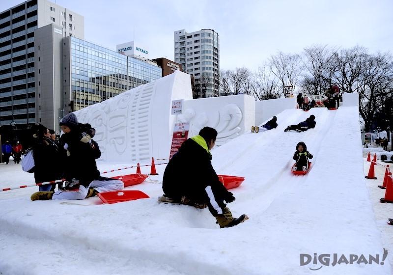 大通會場 杯麵雪像是孩童専用的溜滑梯