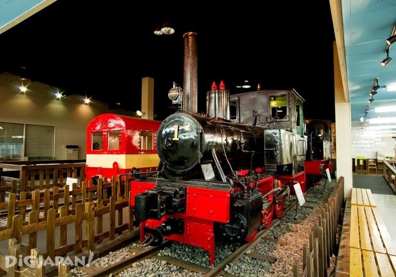 古老的蒸汽火車頭和客車車廂展示