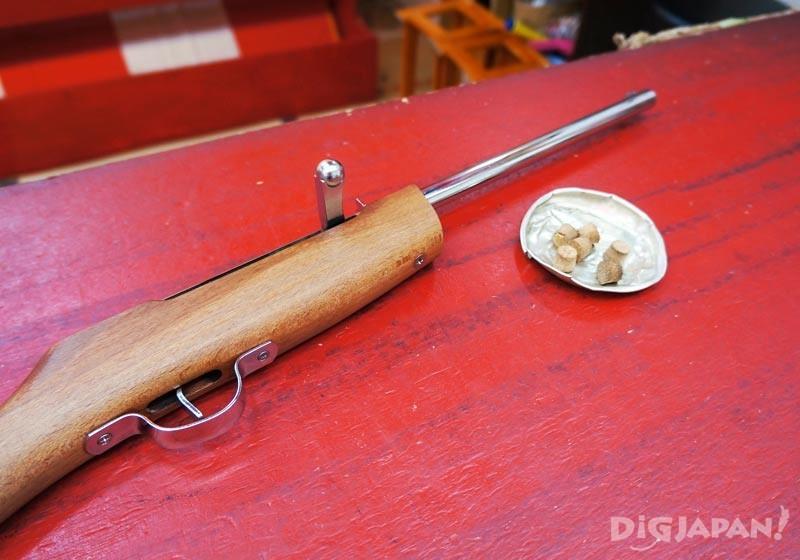 射擊遊戲木頭槍和軟木塞
