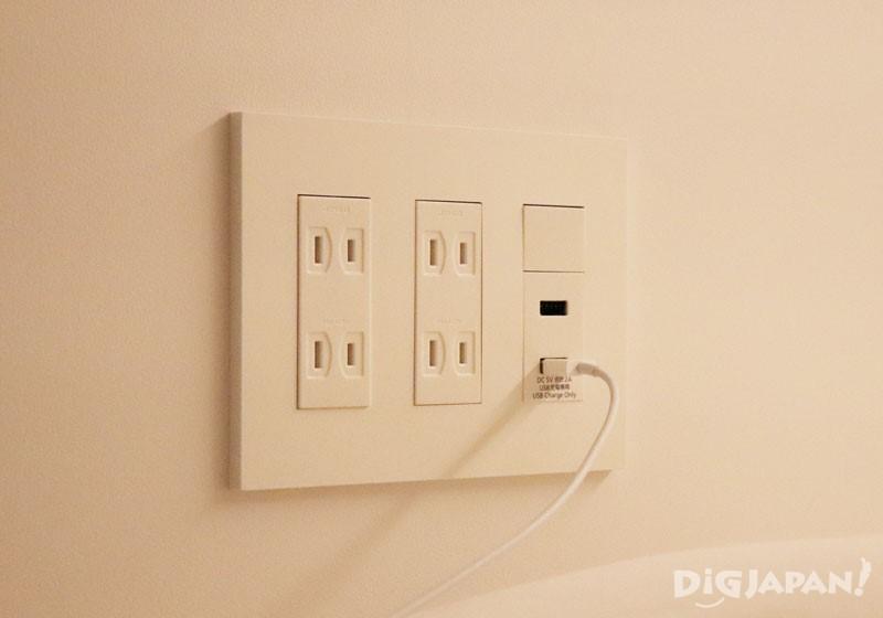 床邊有4個插頭和2個USB接口