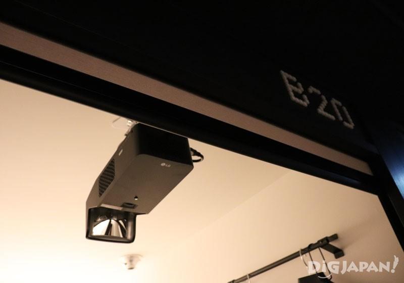 5樓以外的6到10樓,每層還有5間裝配投影機的pod