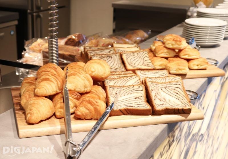 每天早晨的麵包咖啡早餐和晚間限時供應的啤酒都免費提供