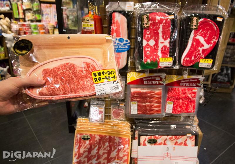 重現度超級高的包包裡面是肉片花紋的毛巾