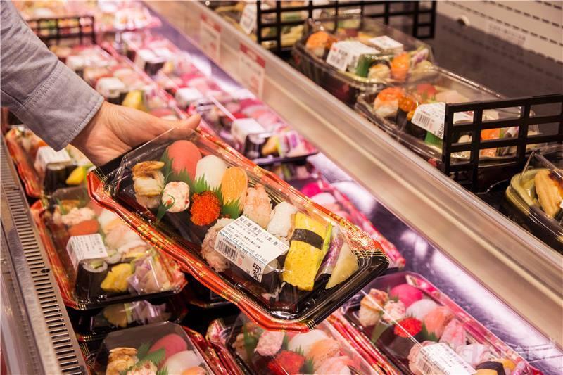 一盒12個壽司只需要500日元!CP值超級高。使用新鮮的食材,很好吃喔