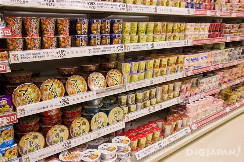 .還原有名拉麵店味道的杯麵以外,也有很多日清及東洋水產等人氣杯麵