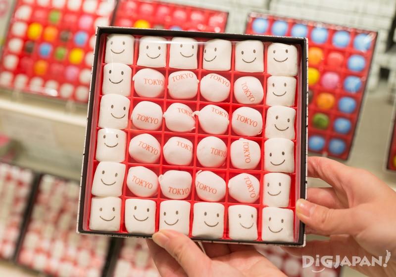 印有TOKYO字樣和笑臉的棉花糖