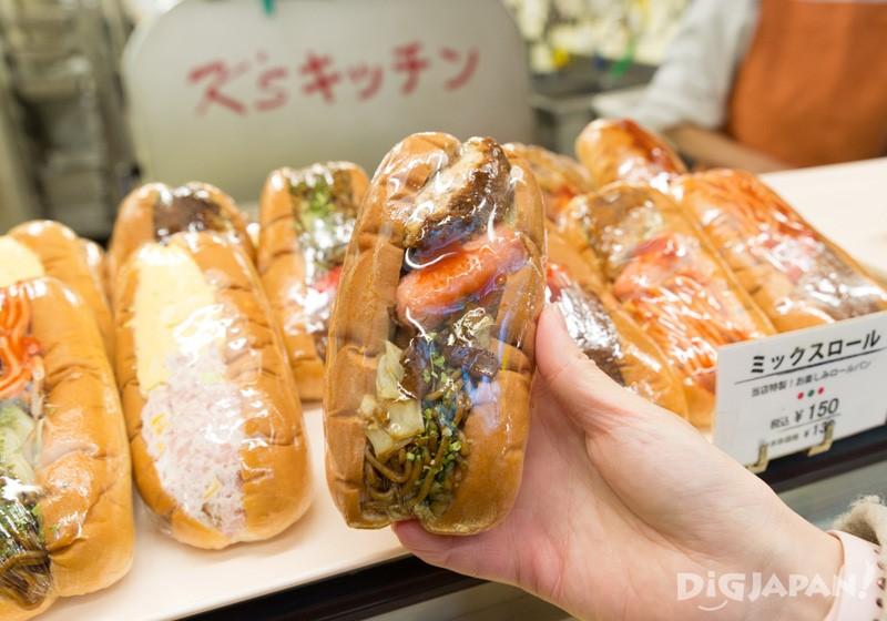 包著馬鈴薯餅、小熱狗以及炒麵的大雜燴麵包